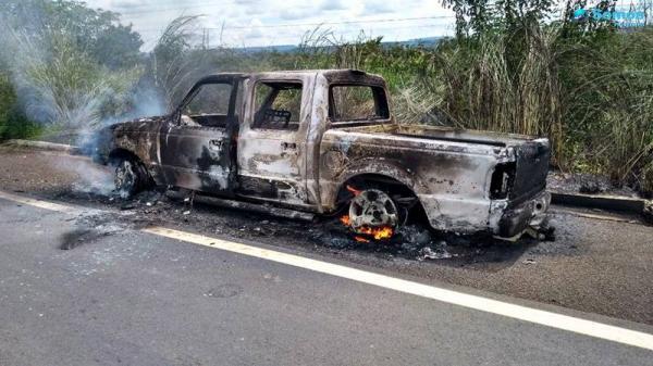 Veículo pegando fogo