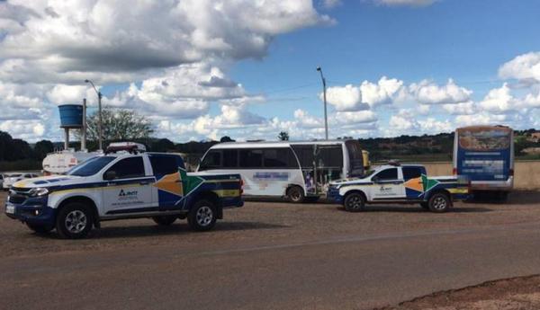 Ônibus são apreendidos no Sul do Piauí fazendo transporte de trabalhadores para a Bahia