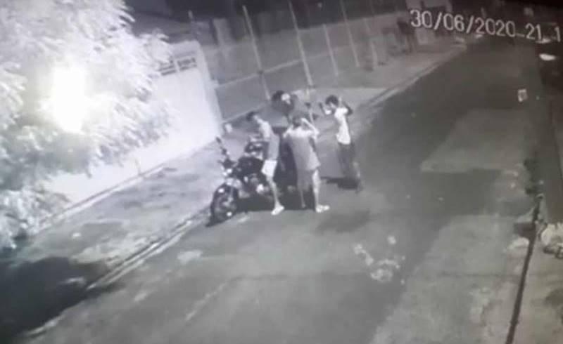 Vídeo mostra entregador de app sendo assaltado na porta de cliente